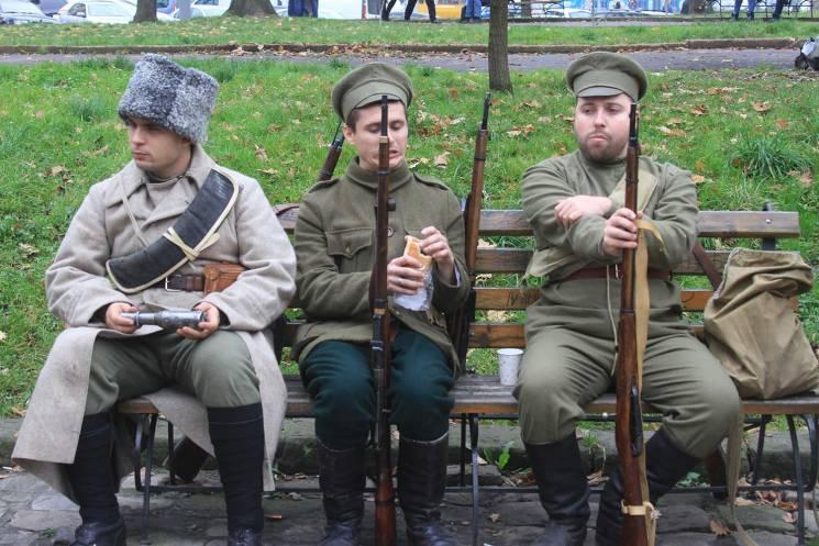 Як люди зі зброєю відпочивають біля Львівської облради (ФОТОРЕПАРТАЖ)