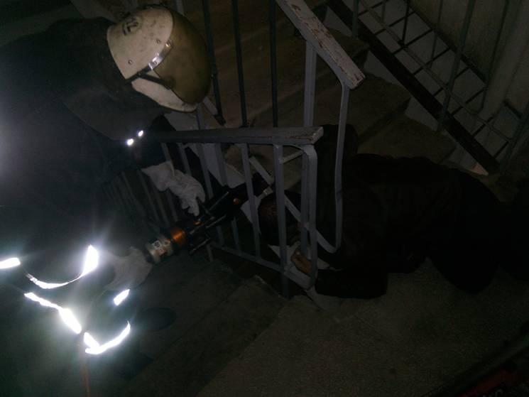 На Миколаївщині випилювали голову чоловіка, яка застрягла в перилах (ФОТО)