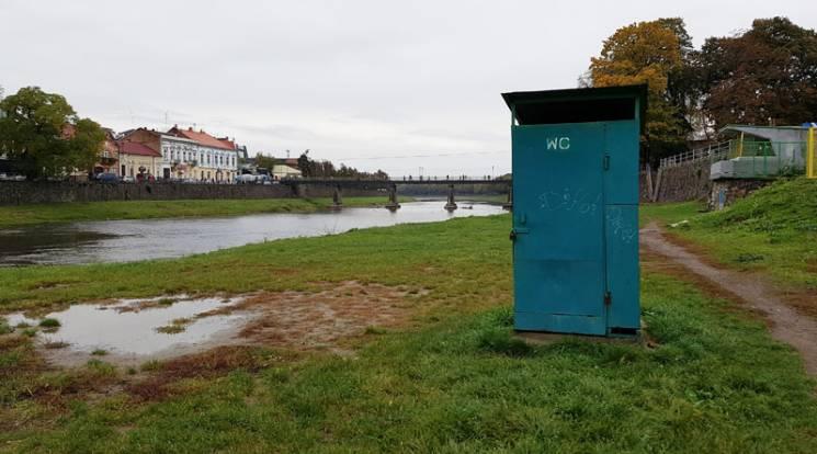 Сага про вбиральні: Чому в туристичному Ужгороді бракує туалетів