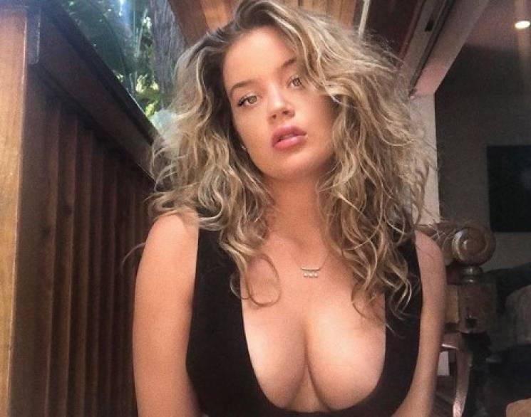 Пишногруда модель Playboy еротично роздягається на камеру (ФОТО 18+)