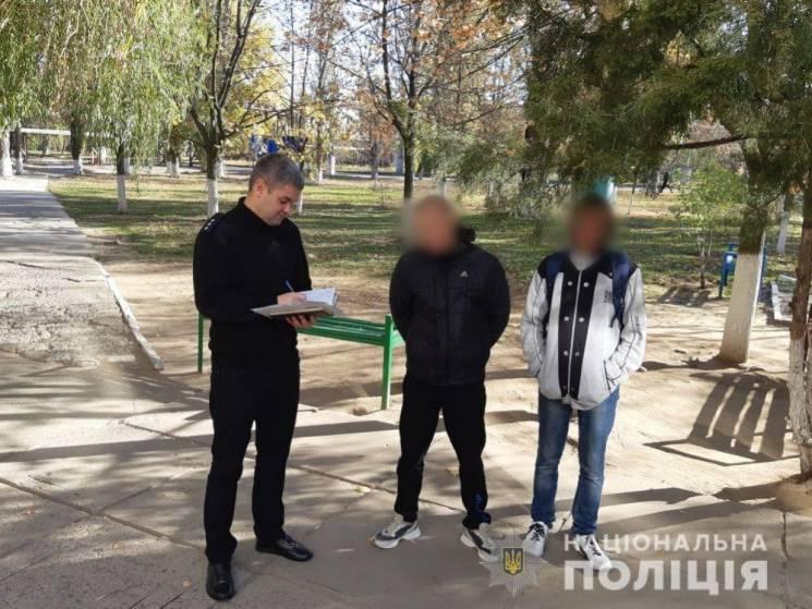 Херсонські копи штрафують підлітків за паління біля навчальних закладів