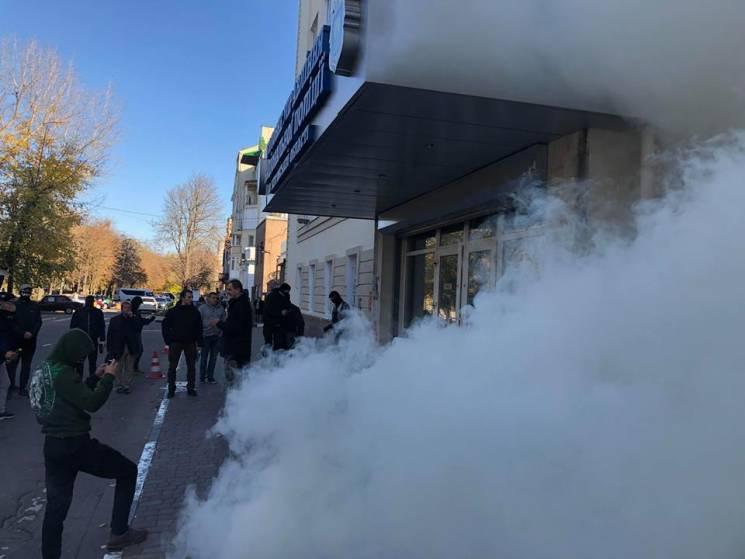 У Херсоні активісти з димовими шашками прийшли до поліції та будинку помічника нардепа (ФОТО)