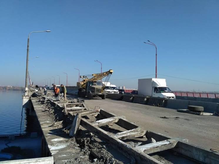 """Небезпечні опори: Як у Дніпрі стовпи """"заважають"""" ремонту Нового мосту"""