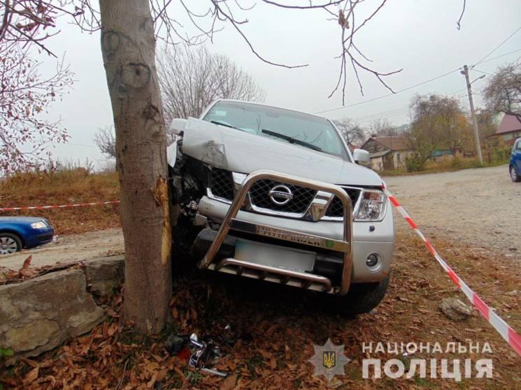 У Чернівцях п'яний іноземець на краденій автівці тікав від копів та врізався у дерево