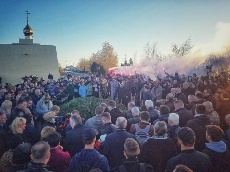 """""""Пливе кача"""", людський коридор і файєри: Як українці прощалися з Катериною Гандзюк (ВІДЕО)"""