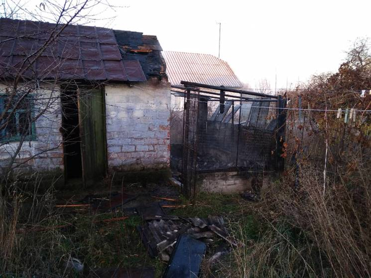На Полтавщині бійці ДСНС майже дві години гасили пожежу в господарчій будівлі