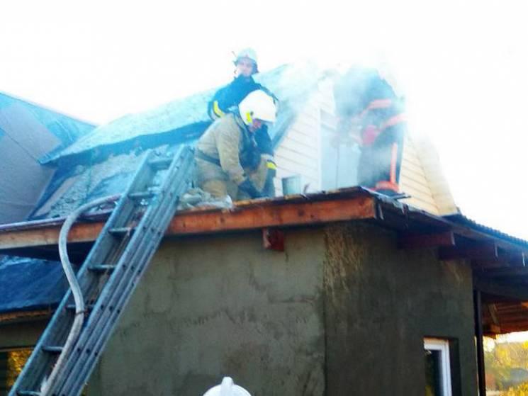 Як бійці ДСНС Полтавщини приборкували пожежу на приватній території у Гадячі (ВІДЕО)