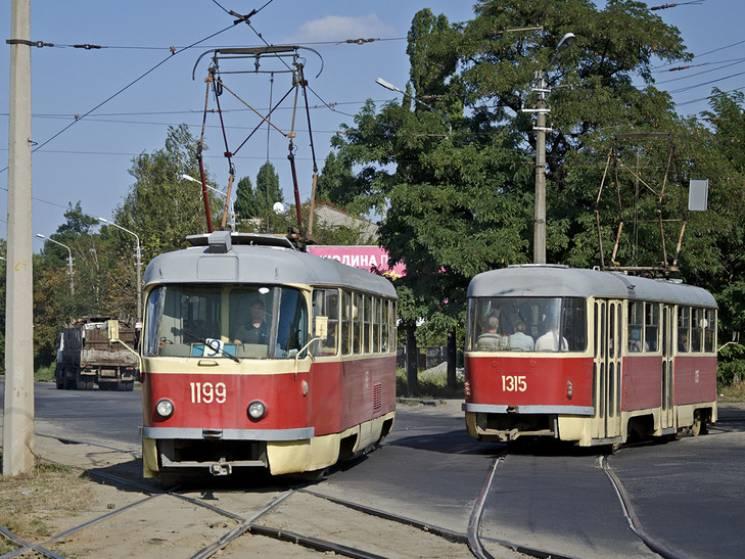 На одній з найдовших вулиць Дніпра через брак напруги ускладнений рух трамваїв