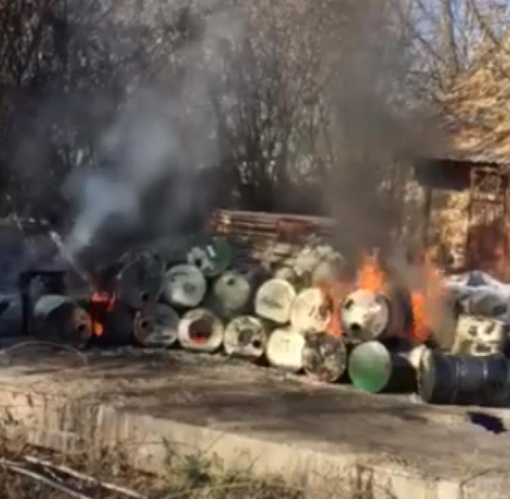"""У Кропивницькому палили бочки із їдкою """"хімією"""": Балашівку вкрив токсичний смог (ВІДЕО)"""