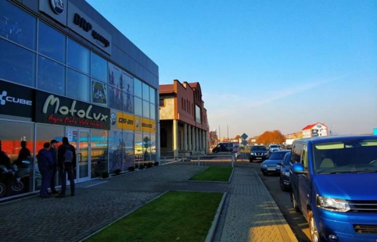 У Мукачеві СБУ проводить обшук у магазині з продажу мотоциклів