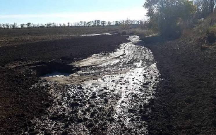 Під Нікополем вода замість квартир подається в поле (ФОТО)