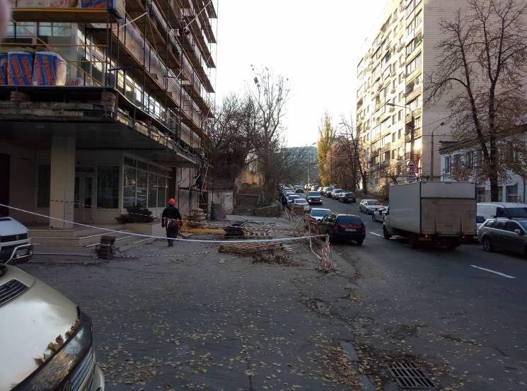 Київ суворий: Як у пішоходів забрали тротуар у центрі столиці (ФОТО)