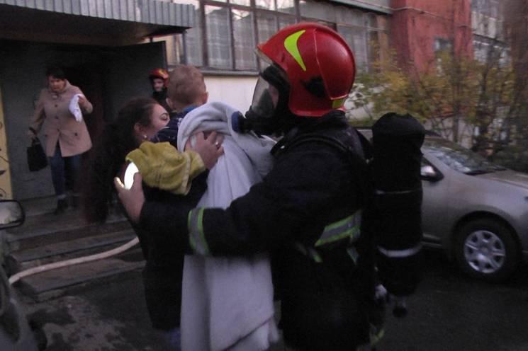 У Хмельницькому з вогню в багатоповерхівці врятували шестеро людей, пятеро з яких - діти (ФОТО, ВІДЕО)
