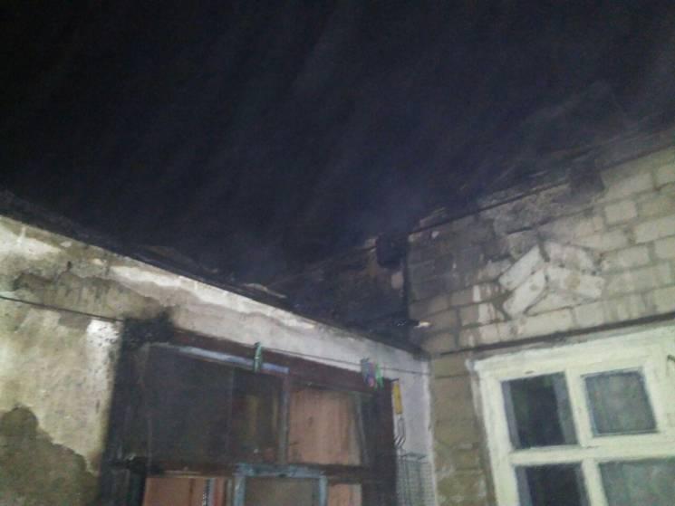 У запорізькому селищі під час нічної пожежі врятували жінку з дітьми (ФОТО)