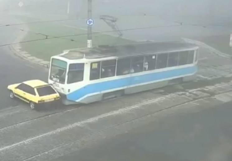 У Кам'янському трамвай протаранив автівку (ВІДЕО)