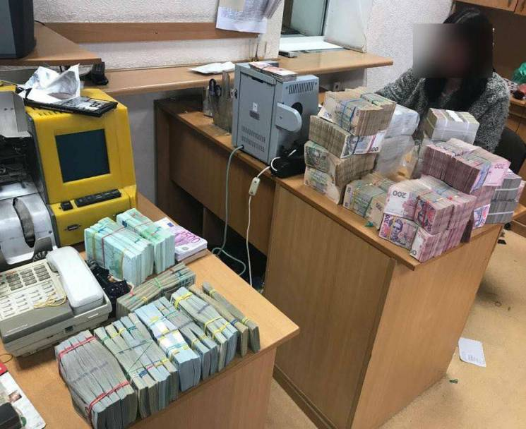 """В Одесі накрили """"конверт"""", який """"відмивав"""" гроші через офшорні російські компанії (ФОТО)"""