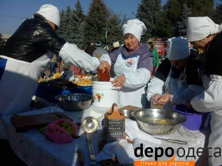 """""""Кльові кралі"""" та чоловіки: На Одещині змагаються у приготуванні борщу (ФОТО)"""