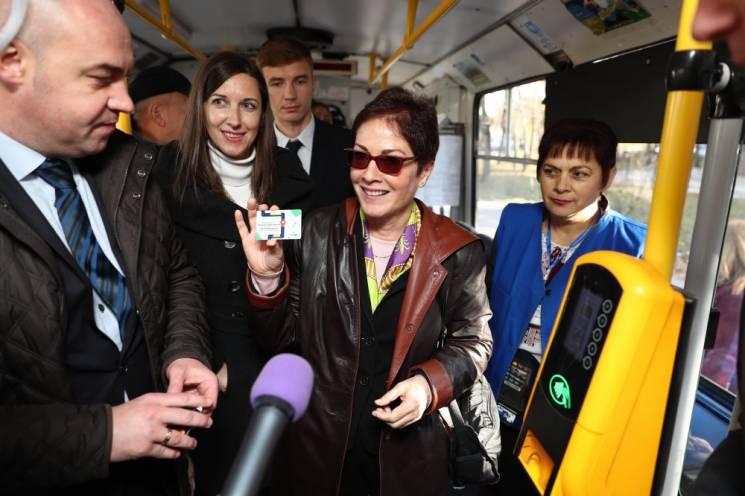 Як посол США Йованович у тернопільському тролейбусі каталася (ФОТО)