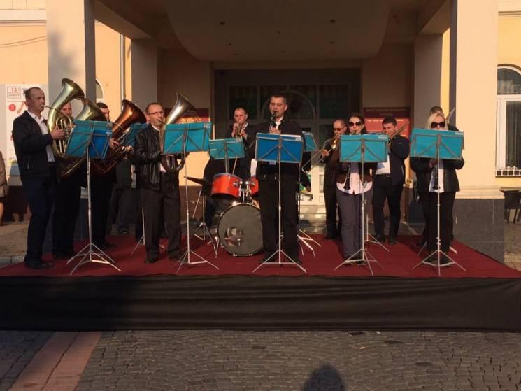 """У центрі Мукачева """"запалює"""" військовий оркестр (ФОТО)"""