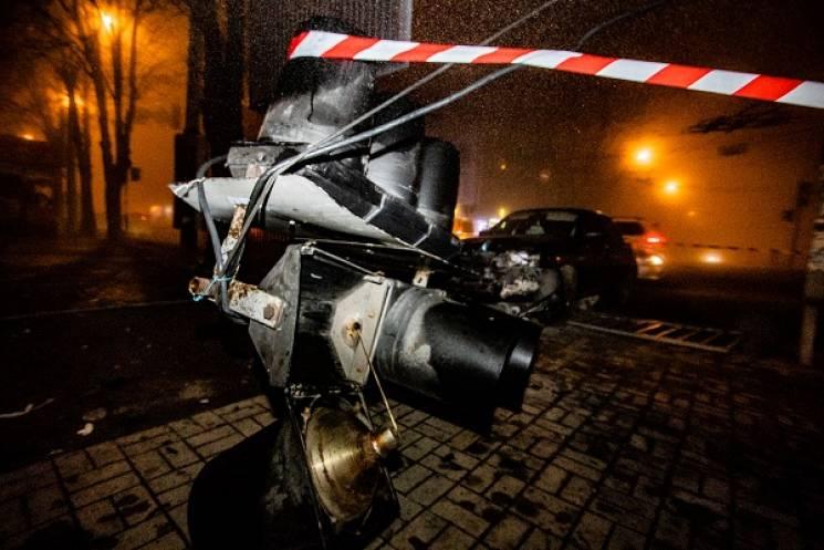 У Дніпрі легковик зніс огорожу і світлофор (ФОТО)