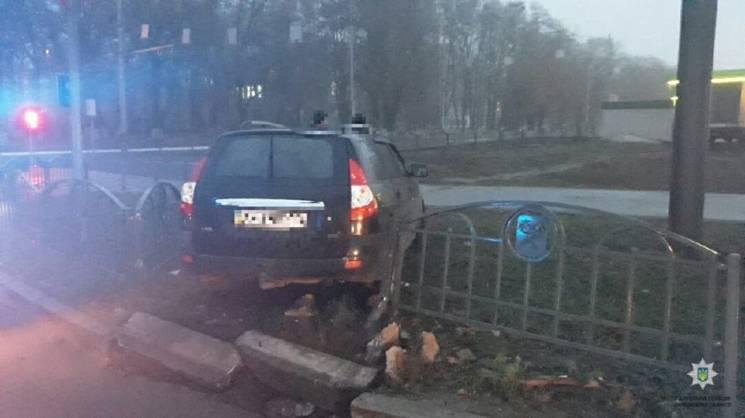 """Біля парку Машинобудівників водій """"Пріори"""" зніс паркан (ФОТО)"""