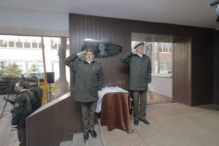 На фасаді військового ліцею Дніпра встановили меморіал загиблому в АТО вихователю