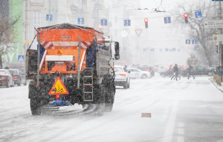 """Спецтехніка """"Київавтодору"""" почала прибирання міста від снігу, – КМДА"""