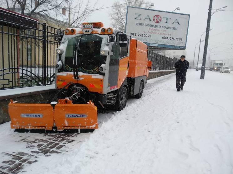 Київ від снігу рятують майже три сотні машин спецтехніки