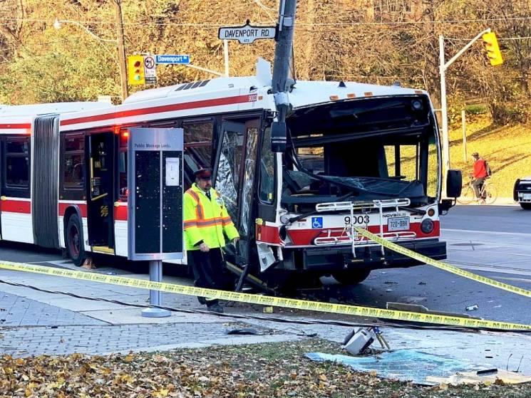 У Канаді автобус влетів у стовп: 25 постраждалих (ФОТО, ВІДЕО)