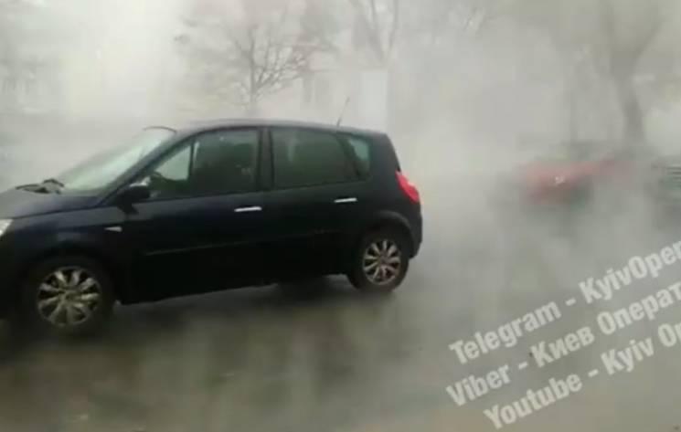У центрі Києві через прорив труби утворилась лазня (ВІДЕО)