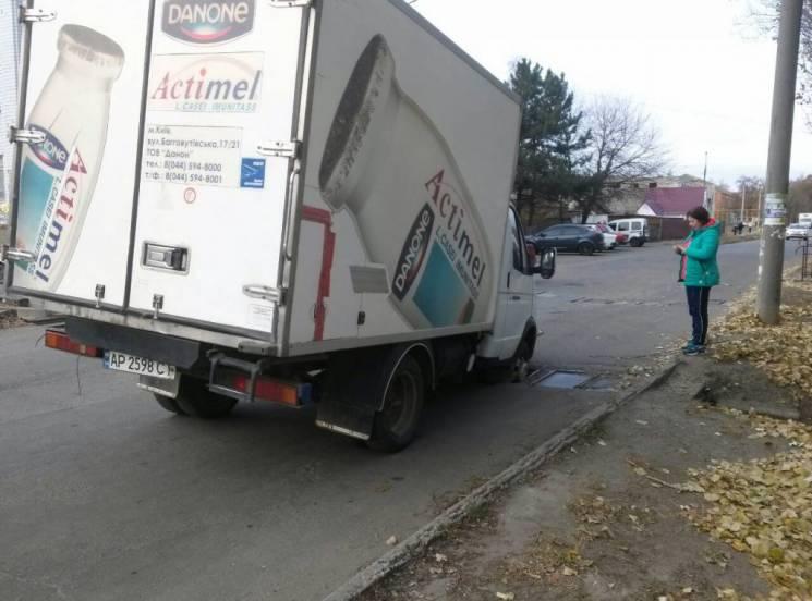 На Запоріжжі вантажівка застрягла у злив…