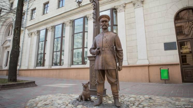 """У Мінську знову """"образили"""" статую - повісили шарф (ВІДЕО)"""