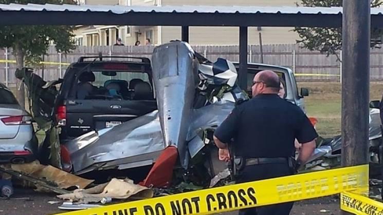 """У США """"довоєнний"""" винищувач упав на автостоянку: Є загиблі (ФОТО)"""