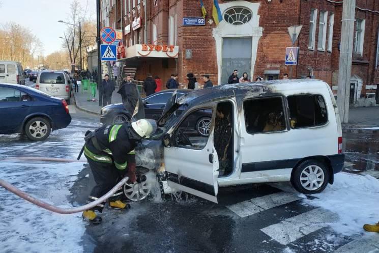 Водій встиг вибігти із палаючого у центрі Харкова авто, - ДСНС (ФОТО)