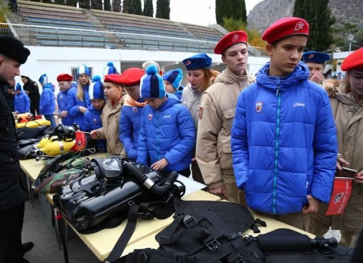 """""""Путінюгенд"""" та російські плюгавки: Як на Керченському мосту автівки розбиваються"""
