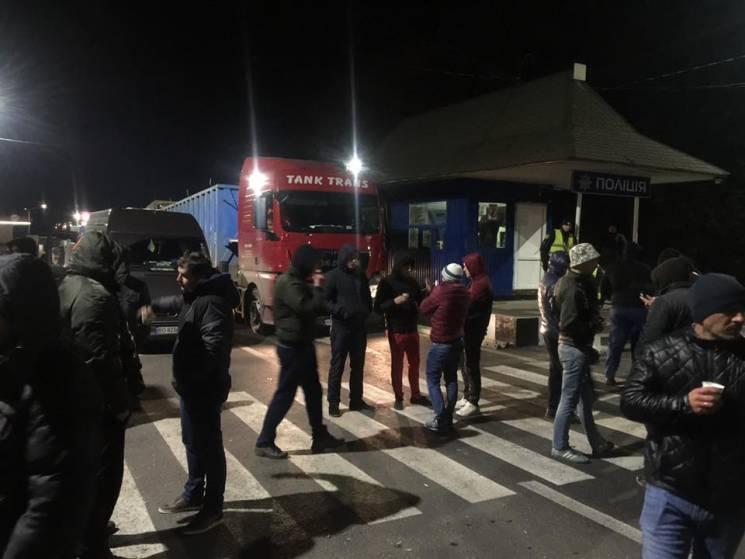"""І вдень, і вночі: Закарпатці продовжують блокувати автотрасу """"Київ-Чоп"""" (ФОТО)"""