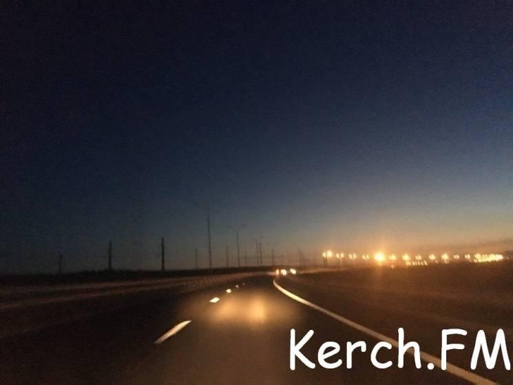 Уже місяць як перегоріло освітлення на Керченському мості. Його ніхто не поновлює