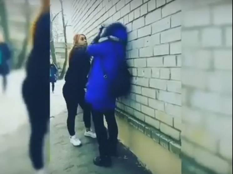 """У запорізькому училищі, що """"відзначилося"""" п'яним дебошем учнів, сталася жорстока дівоча бійка (ВІДЕО)"""