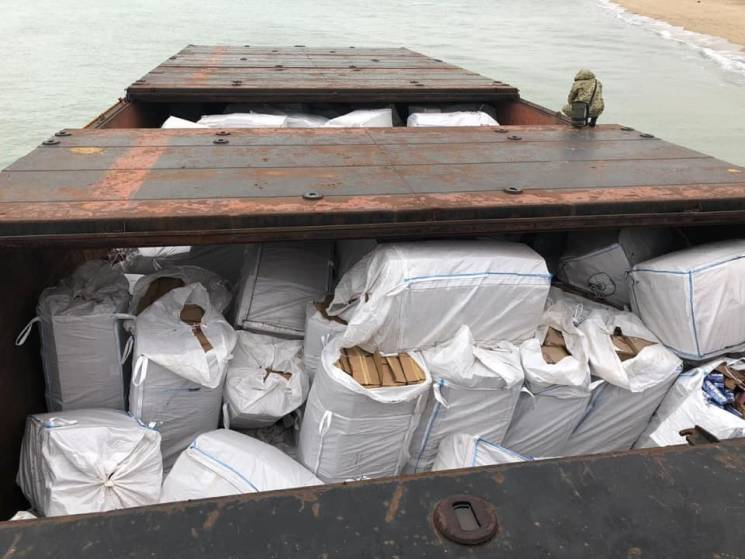 Через велику контрабанду цигарок, що виявили на баржі на Одещині, розпочали розслідування (ФОТО)