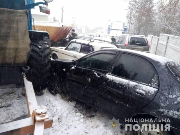На Харківщині комунальник на тракторі протаранив сім легковиків та авто поліції (ФОТО)