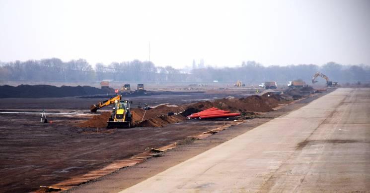 Будівництво злітно-посадковї смуги в одеському аеропорту буде тривати і взимку (ФОТО)