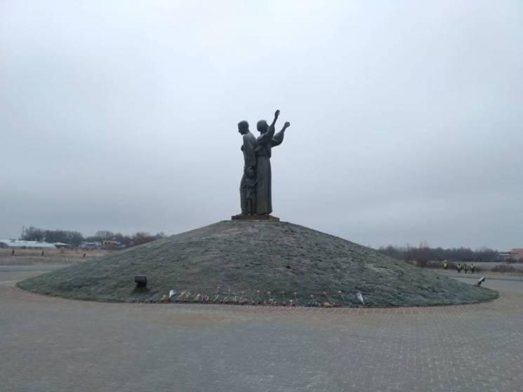 У Харкові близько 500 громадян поклали квіти до Меморіалу жертв Голодомору (ФОТО)