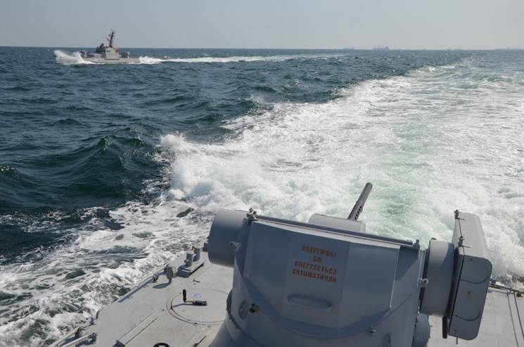 Російські кораблі протаранили українськи…