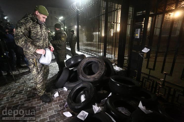 Шини і дим під посольством РФ: Як україн…
