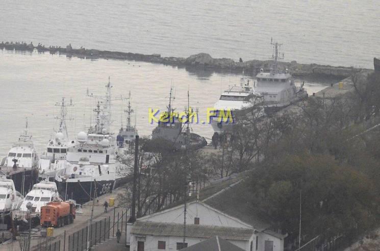 Захоплені українські кораблі пришвартували у центрі Керчі