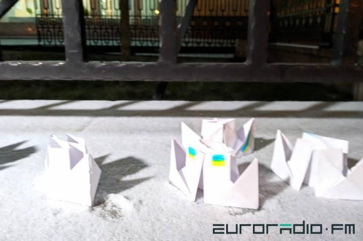 Російське посольство у Мінську обставили паперовими корабликами (ФОТО)