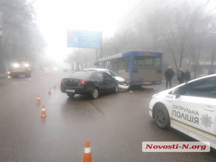 У Миколаєві зіткнулися автобус та дві іномарки (ФОТО)