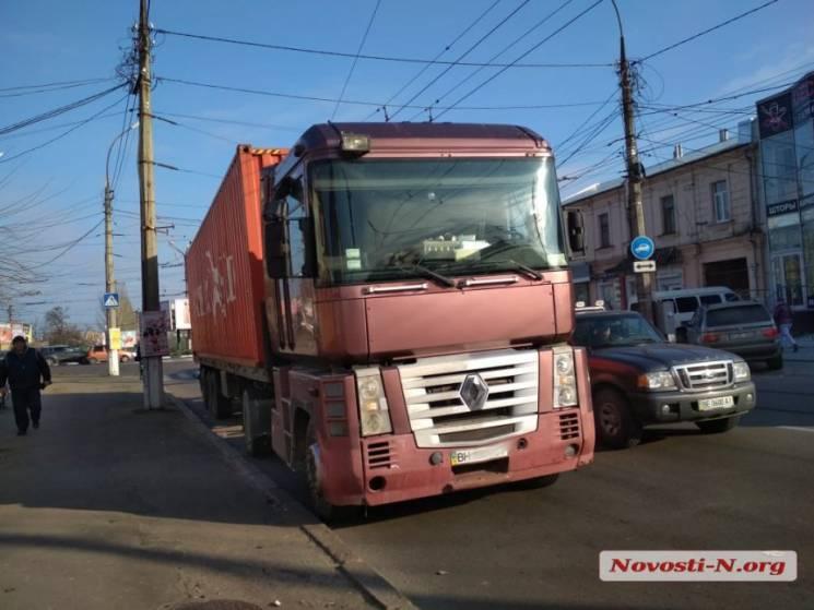 У Миколаєві зіткнулися легковик та фура та заблокували рух автівкам (ФОТО)