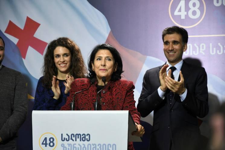 Нокаут від жінки: Чому від виборів у Грузії найбільше постраждав Саакашвілі
