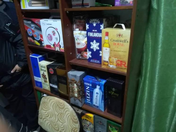 """У Херсоні """"накрили"""" склад з алкогольним контрафактом на півмільйона гривень (ФОТО)"""